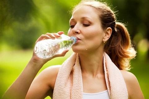 Mẹo ngăn ngừa nhức đầu trong ngày nắng nóng - Ảnh 1.