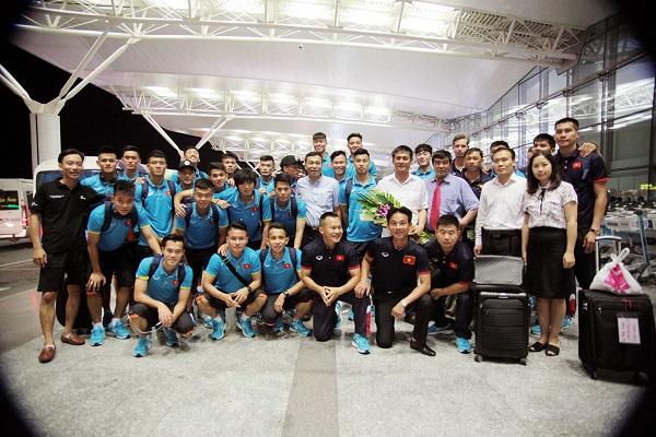 ĐT U22 Việt Nam và ĐT nữ Việt Nam lên đường tập huấn trước thềm SEA Games 29 - Ảnh 1.