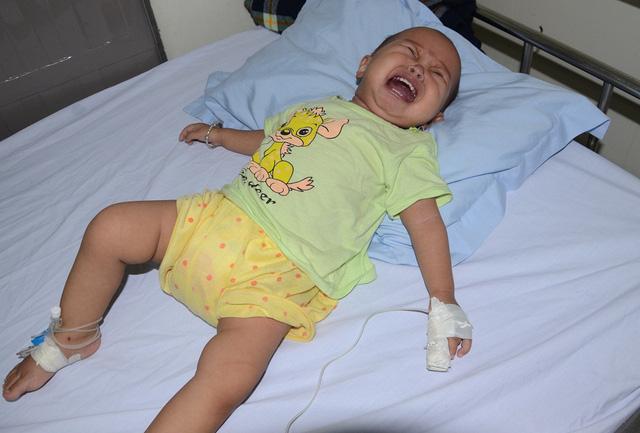 Tiếng khóc xé lòng của bé 11 tháng tuổi mắc ung thư máu cấp lai tủy - Ảnh 1.
