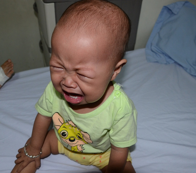 Tiếng khóc xé lòng của bé 11 tháng tuổi mắc ung thư máu cấp lai tủy - Ảnh 2.