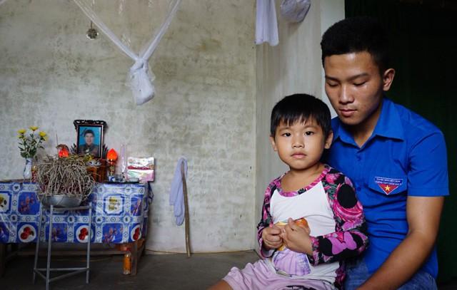Không có cha, mẹ qua đời, nam sinh mang bệnh tim một mình nuôi em - Ảnh 1.