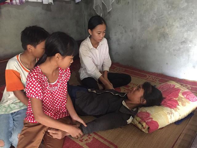 Bố chết, mẹ đau, 3 chị em mò ốc ăn vì hết gạo - Ảnh 1.