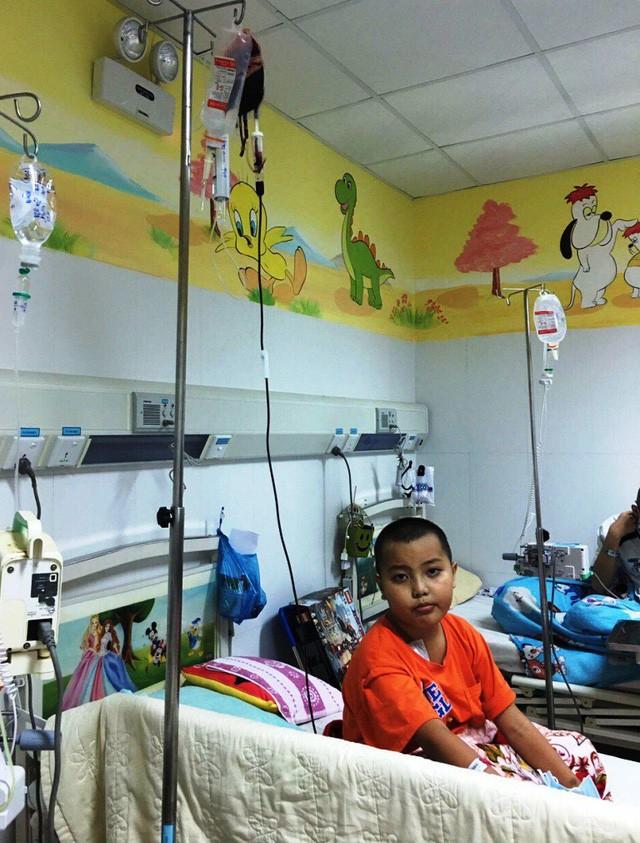 Cô giáo mầm non ngã quỵ trước cảnh con trai mắc bệnh ung thư máu - Ảnh 1.