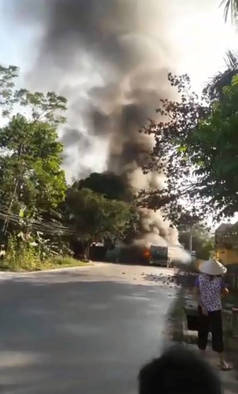 Cháy lớn tại Phú Thọ, 4 xe ô tô bị thiêu rụi - Ảnh 2.