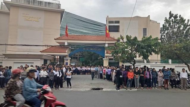 Hàng ngàn học trò nghẹn ngào tiễn biệt thầy hiệu trưởng đột ngột qua đời - Ảnh 1.