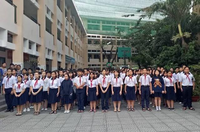 Hàng ngàn học trò nghẹn ngào tiễn biệt thầy hiệu trưởng đột ngột qua đời - Ảnh 2.