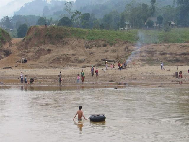 Học sinh Quảng Trị ngồi trên săm vượt sông sâu đến trường - Ảnh 1.