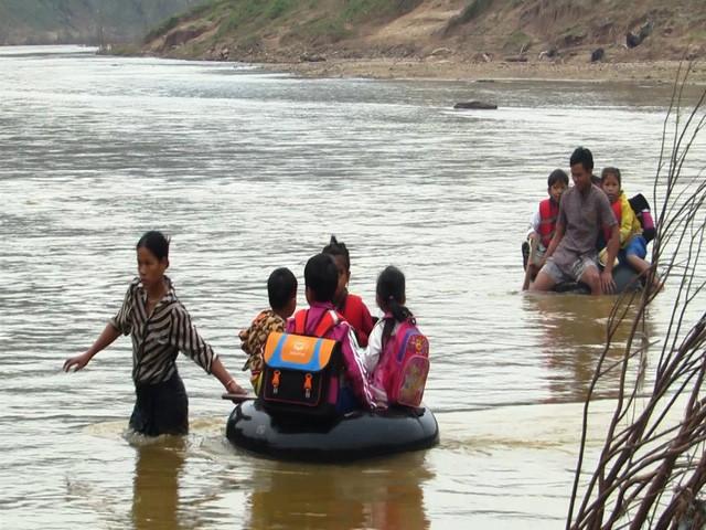 Học sinh Quảng Trị ngồi trên săm vượt sông sâu đến trường - Ảnh 2.
