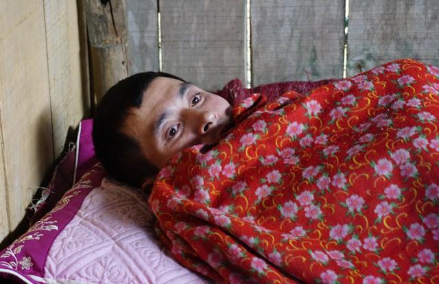 Người mẹ nghẹn ngào trước cảnh con mắc bệnh tim, chồng ung thư chờ chết - Ảnh 1.