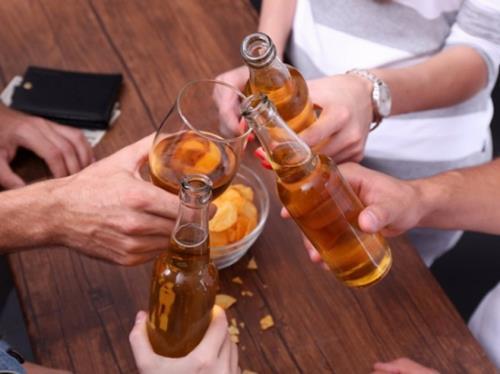Bị ép uống rượu bia trong dịp lễ Tết: Từ chối khéo chả mất lòng ai - Ảnh 2.