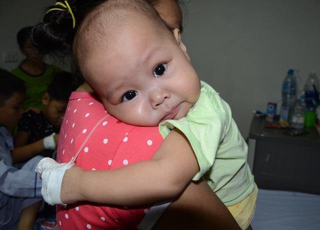 Tiếng khóc xé lòng của bé 11 tháng tuổi mắc ung thư máu cấp lai tủy - Ảnh 3.