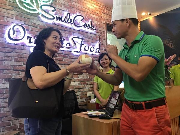 Nghệ sĩ Xuân Bắc hào hứng tham gia lễ khai trương cửa hàng thực phẩm hữu cơ Smile Cook - Ảnh 5.