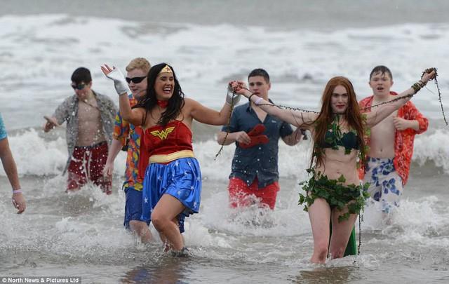 Anh: Nhiệt độ xuống -8 độ C, hàng nghìn người vẫn lao xuống... tắm biển - Ảnh 3.