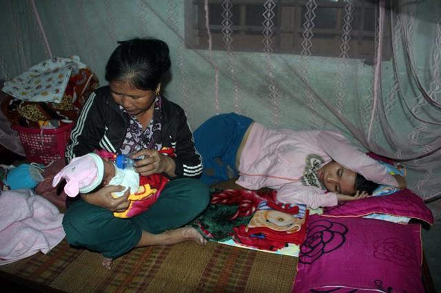 Mẹ gục ngã vì cha bị xe cán chết, bé 3 tuần tuổi sống cảnh đói khát thương tâm - Ảnh 4.