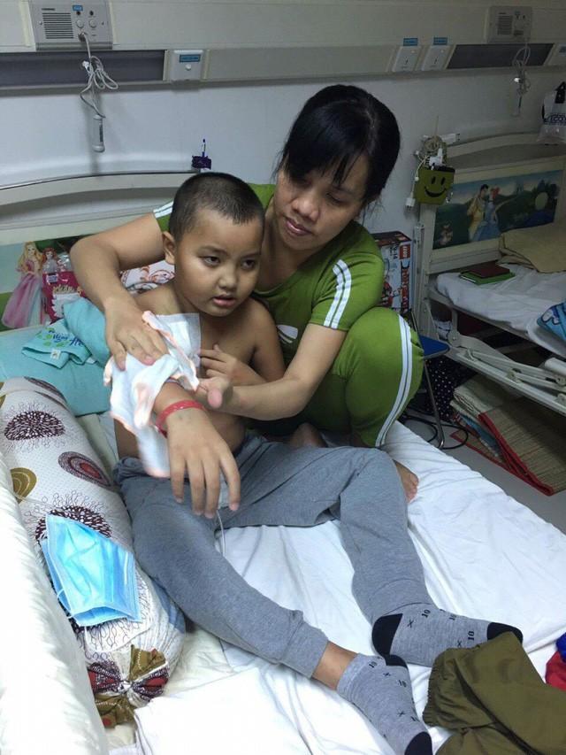 Cô giáo mầm non ngã quỵ trước cảnh con trai mắc bệnh ung thư máu - Ảnh 4.