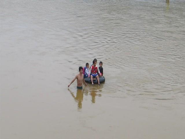Học sinh Quảng Trị ngồi trên săm vượt sông sâu đến trường - Ảnh 4.