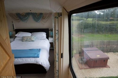 Độc đáo ngôi nhà sang trọng và tiện nghi trên chiếc xe buýt hai tầng - Ảnh 5.