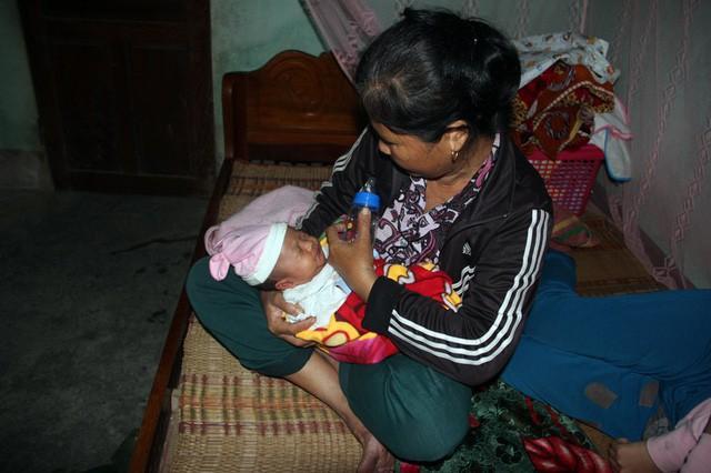 Mẹ gục ngã vì cha bị xe cán chết, bé 3 tuần tuổi sống cảnh đói khát thương tâm - Ảnh 5.