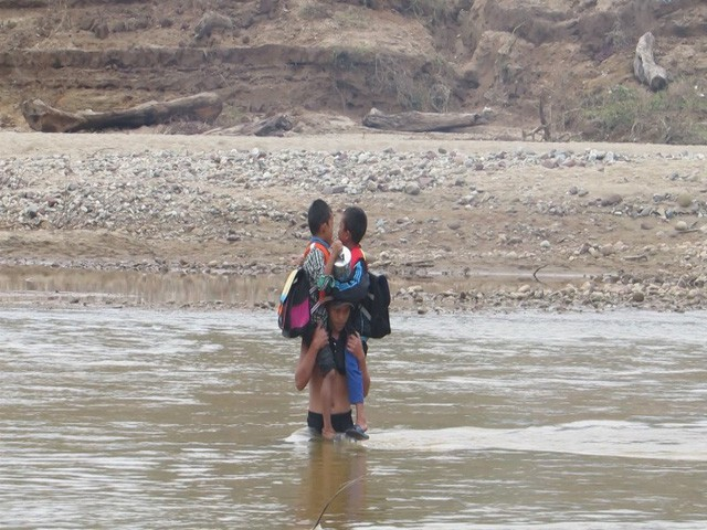 Học sinh Quảng Trị ngồi trên săm vượt sông sâu đến trường - Ảnh 5.