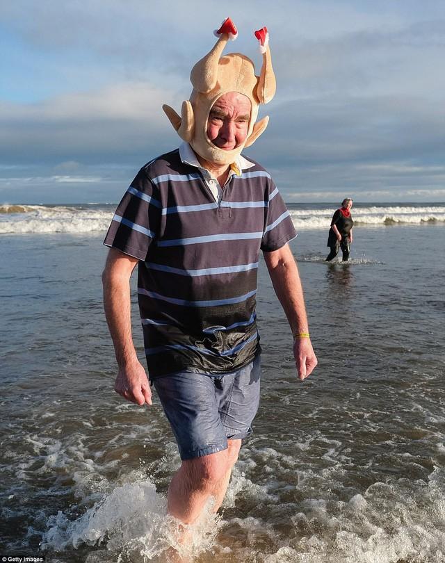 Anh: Nhiệt độ xuống -8 độ C, hàng nghìn người vẫn lao xuống... tắm biển - Ảnh 5.
