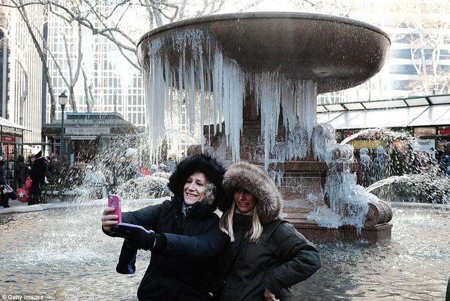 Mỹ lạnh kỷ lục, nước sôi hắt ra hóa tuyết tức khắc - Ảnh 4.