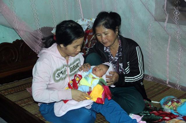 Mẹ gục ngã vì cha bị xe cán chết, bé 3 tuần tuổi sống cảnh đói khát thương tâm - Ảnh 6.