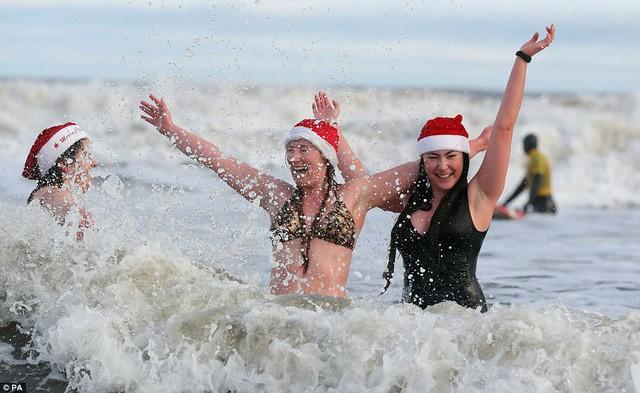 Anh: Nhiệt độ xuống -8 độ C, hàng nghìn người vẫn lao xuống... tắm biển - Ảnh 7.