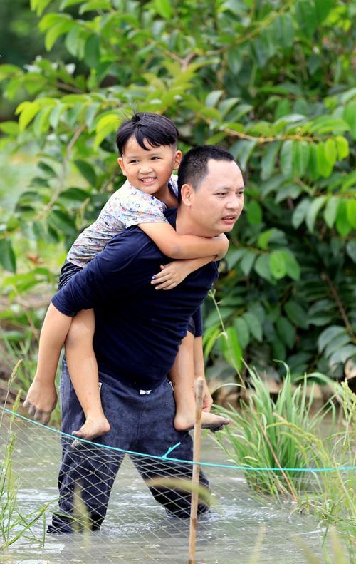 Bố ơi! Mình đi đâu thế? mùa 4: Con trai nhạc sĩ Nguyễn Hải Phong nũng nịu đạt độ siêu cấp - Ảnh 1.