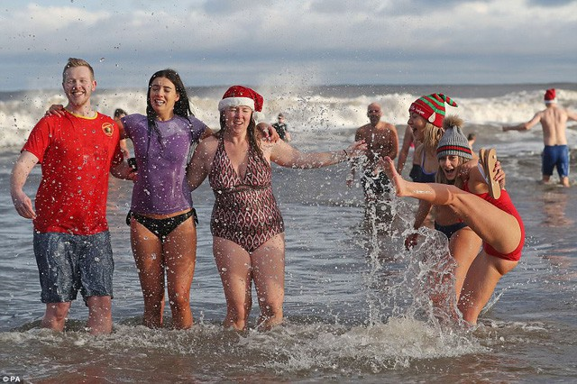 Anh: Nhiệt độ xuống -8 độ C, hàng nghìn người vẫn lao xuống... tắm biển - Ảnh 9.