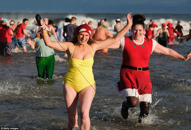 Anh: Nhiệt độ xuống -8 độ C, hàng nghìn người vẫn lao xuống... tắm biển - Ảnh 10.