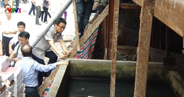 Phó Thủ tướng Vũ Đức Đam thị sát phòng dịch sốt xuất huyết tại Hà Nội - Ảnh 1.