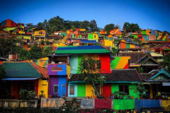 Khu ổ chuột ở Indonesia hóa làng cầu vồng tuyệt đẹp - Ảnh 2.