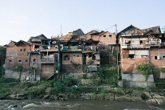 Khu ổ chuột ở Indonesia hóa làng cầu vồng tuyệt đẹp - Ảnh 1.
