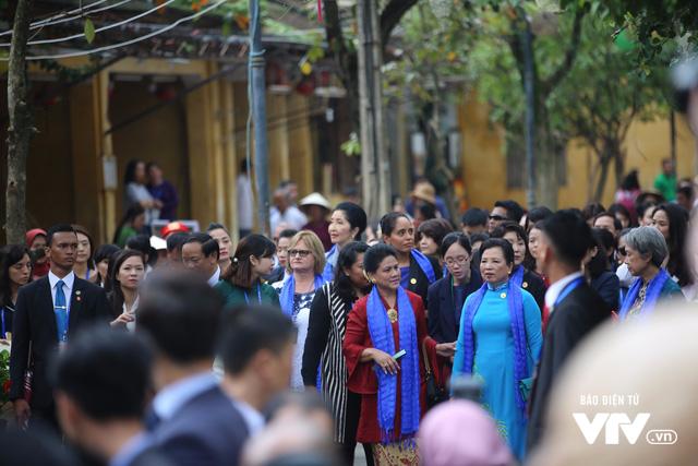 Phu nhân/phu quân APEC chụp ảnh selfie giữa phố cổ Hội An - Ảnh 8.