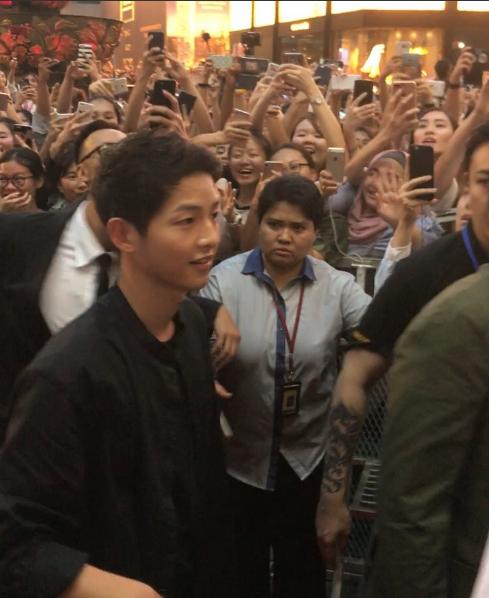 Song Joong Ki bị quây giữa biển fan ở Malaysia - Ảnh 3.