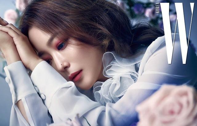 Vẻ đẹp quyến rũ khó cưỡng của Kim Hee Sun - Ảnh 1.
