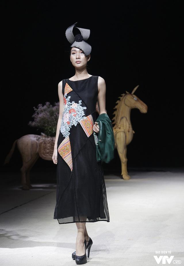 Tuần lễ thời trang Xuân Hè: Vẻ đẹp thiên nhiên hòa quyện trong từng thiết kế - Ảnh 2.