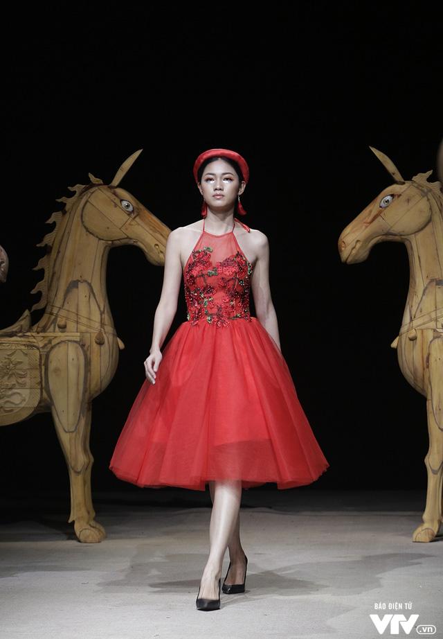 Tuần lễ thời trang Xuân Hè: Vẻ đẹp thiên nhiên hòa quyện trong từng thiết kế - Ảnh 4.