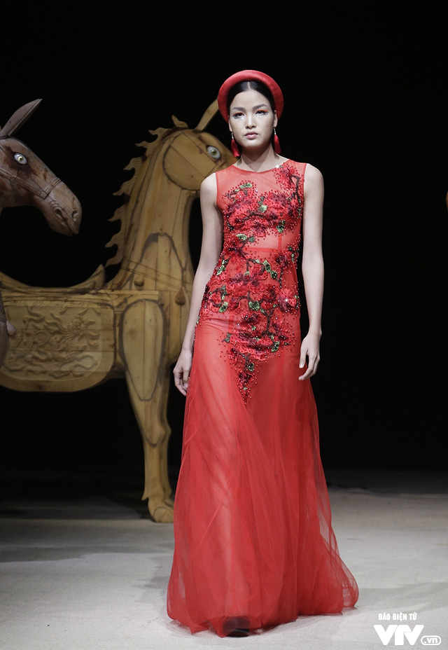 Tuần lễ thời trang Xuân Hè: Vẻ đẹp thiên nhiên hòa quyện trong từng thiết kế - Ảnh 1.
