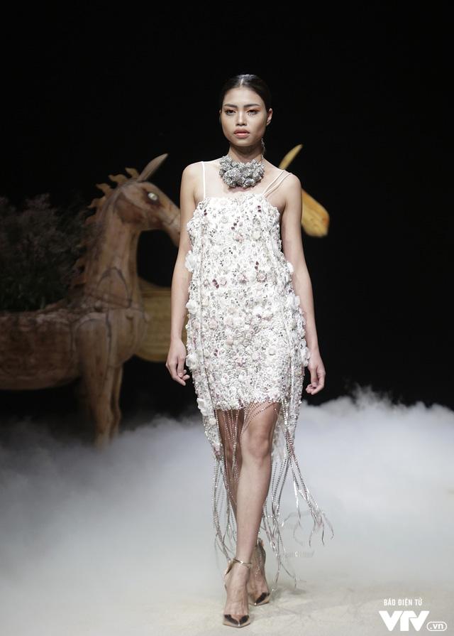 Tuần lễ thời trang Xuân Hè: Vẻ đẹp thiên nhiên hòa quyện trong từng thiết kế - Ảnh 9.