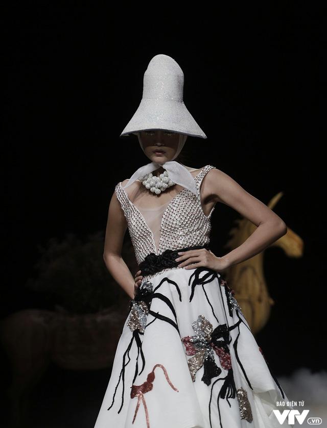 Tuần lễ thời trang Xuân Hè: Vẻ đẹp thiên nhiên hòa quyện trong từng thiết kế - Ảnh 10.