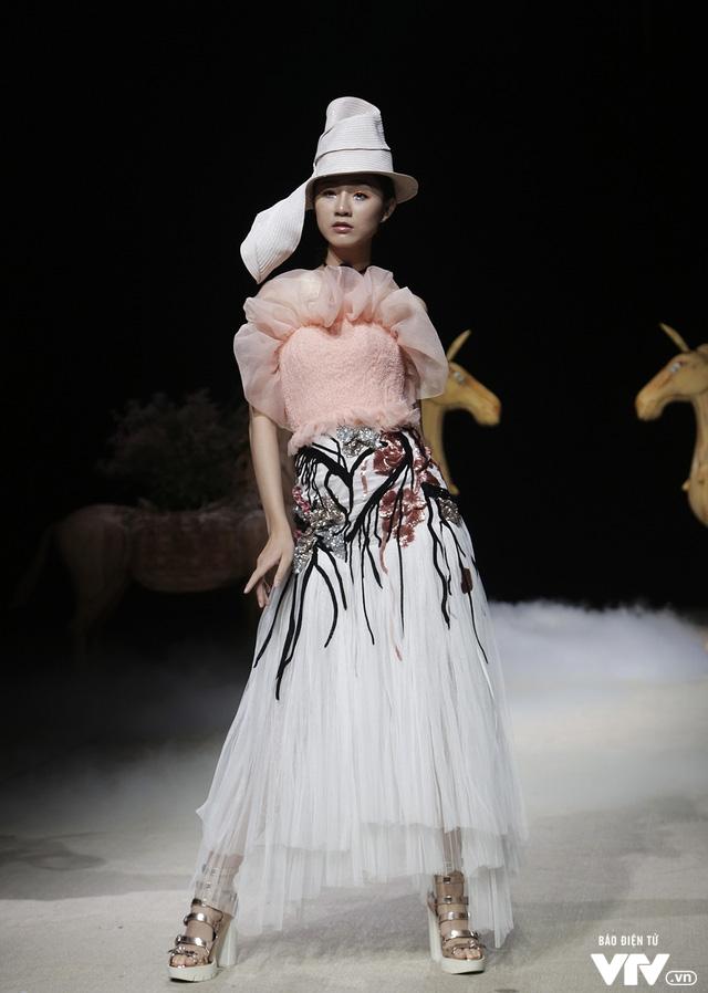 Tuần lễ thời trang Xuân Hè: Vẻ đẹp thiên nhiên hòa quyện trong từng thiết kế - Ảnh 11.