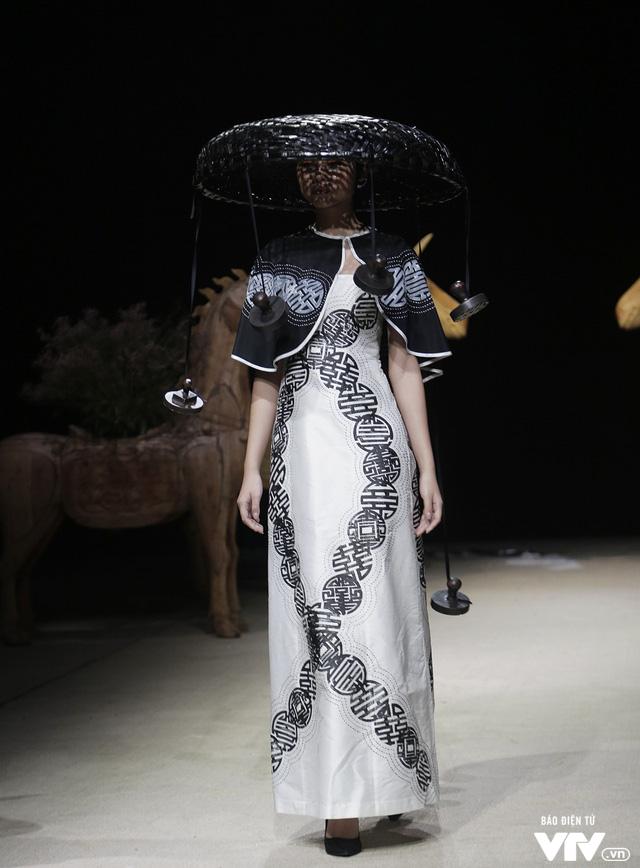 Tuần lễ thời trang Xuân Hè: Vẻ đẹp thiên nhiên hòa quyện trong từng thiết kế - Ảnh 26.