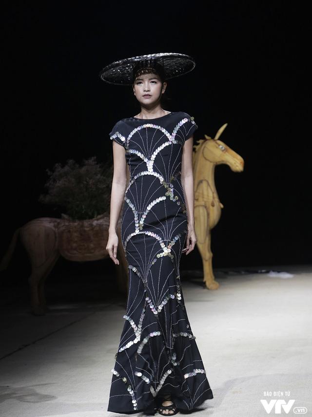 Tuần lễ thời trang Xuân Hè: Vẻ đẹp thiên nhiên hòa quyện trong từng thiết kế - Ảnh 25.
