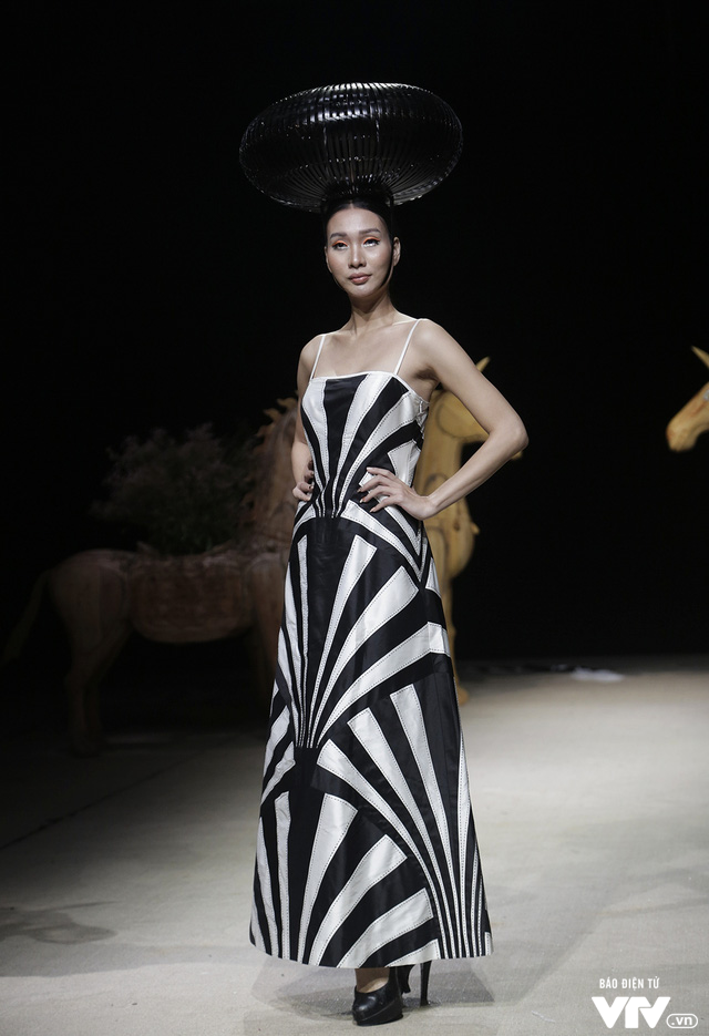 Tuần lễ thời trang Xuân Hè: Vẻ đẹp thiên nhiên hòa quyện trong từng thiết kế - Ảnh 24.