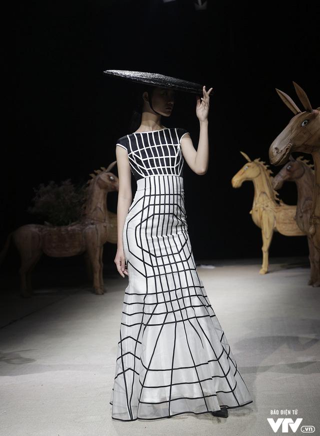 Tuần lễ thời trang Xuân Hè: Vẻ đẹp thiên nhiên hòa quyện trong từng thiết kế - Ảnh 23.