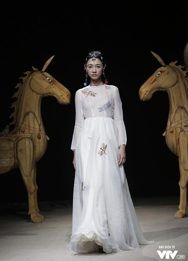 Tuần lễ thời trang Xuân Hè: Vẻ đẹp thiên nhiên hòa quyện trong từng thiết kế - Ảnh 20.