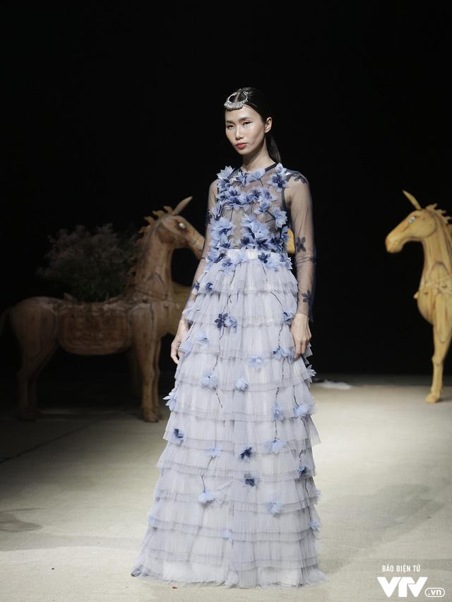Tuần lễ thời trang Xuân Hè: Vẻ đẹp thiên nhiên hòa quyện trong từng thiết kế - Ảnh 19.
