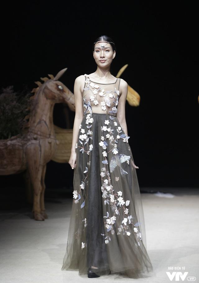 Tuần lễ thời trang Xuân Hè: Vẻ đẹp thiên nhiên hòa quyện trong từng thiết kế - Ảnh 18.