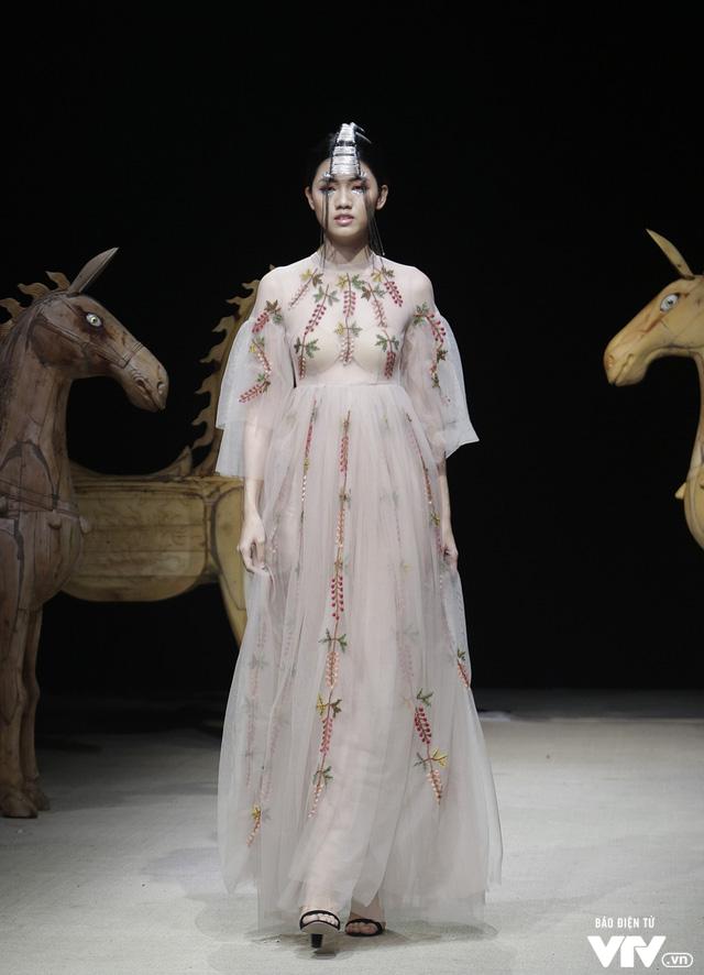 Tuần lễ thời trang Xuân Hè: Vẻ đẹp thiên nhiên hòa quyện trong từng thiết kế - Ảnh 17.